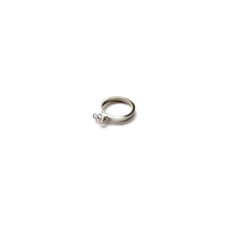 Pierścionek zaręczynowy z kamieniem