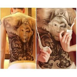 Tatuaj alb-negru temporar uriaș, pe spate, cu design reprezentând Regele maimuțelor, Monkey King