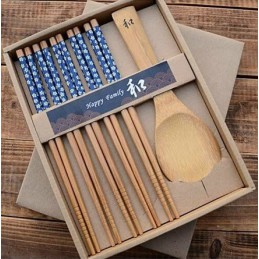 Sada drevených sushi paličiek a lyžice