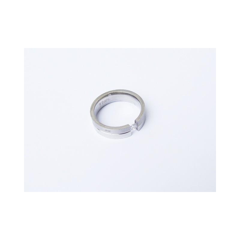 Zásnubní prsten z chirurgické oceli