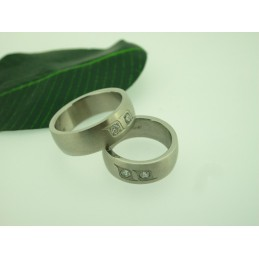 Ring mit Zirkonen aus Chirurgischer Stahl