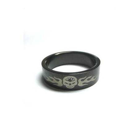 Schwarze Ring Totenkopf mit Flammen