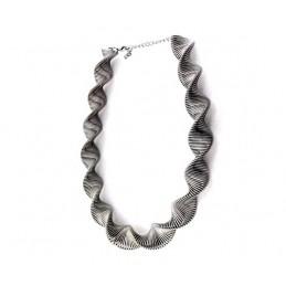 Extravagantný pružinový náhrdelník